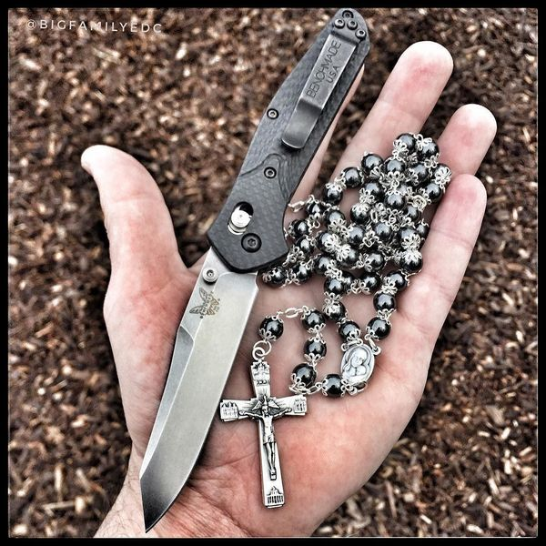 Benchmade - Morning walk, it's been too long 🤓 Hematite stone rosary and carbon fiber Osborne ✝️🔪👌🏼 . . #hematitestone #hematite #rosary #catholic #carbonfiber...