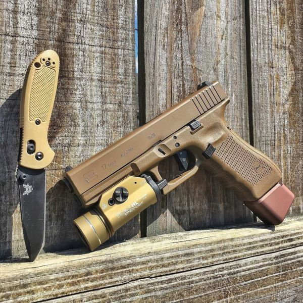 Benchmade - 50 shades of FDE. #glock #benchmade #minigrip #DAT #streamlight #tti #tarantactical #fde #g17 #gunporn #mybenchmade #ghost #lipseys